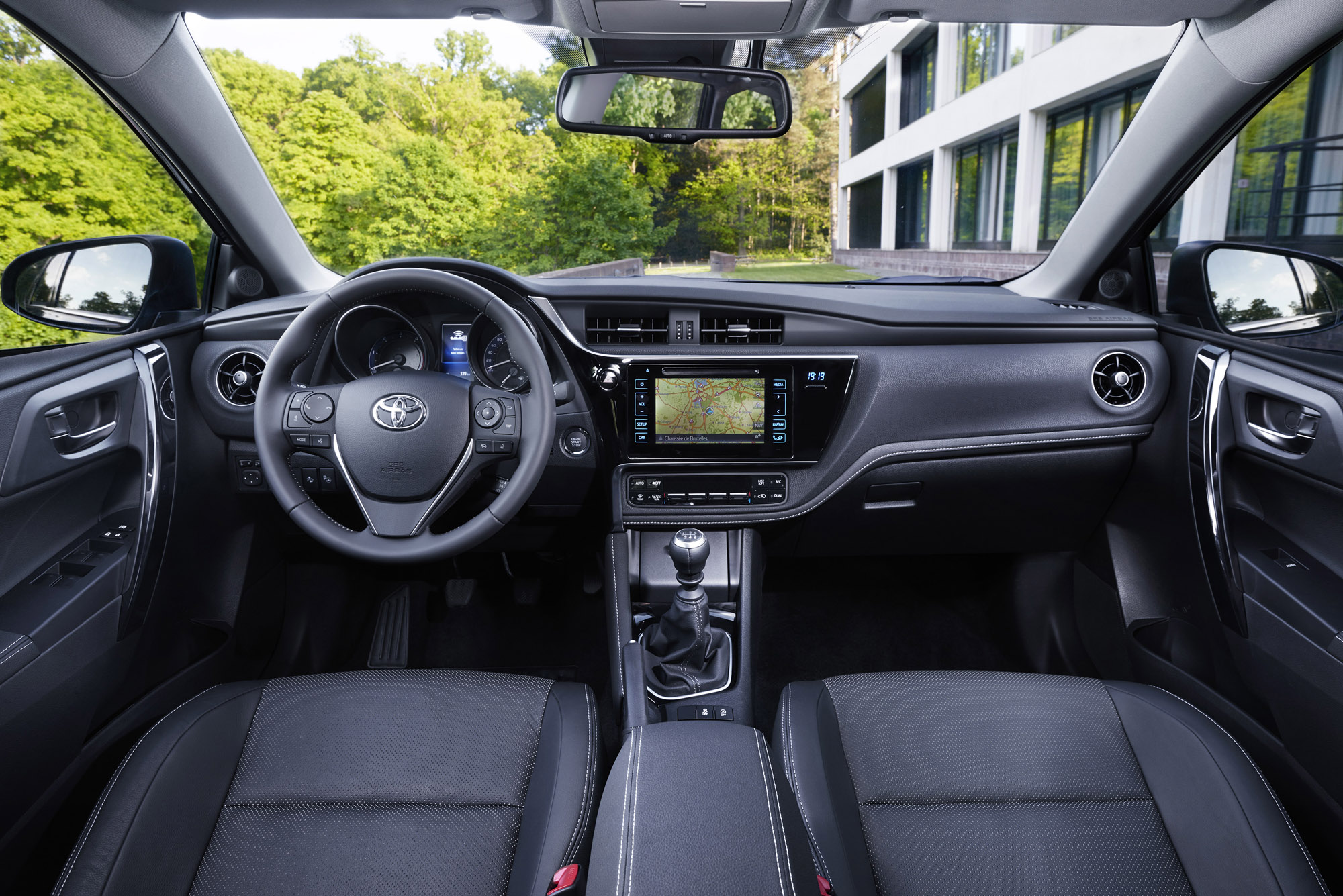 Yeni Toyota Auris konsol ve kabinde yeni tasarımıyla kalite hissi yaratıyor