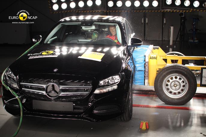 2014 mercedes c serisi euro ncap testlerinde sınıfının en güvenli otomobili seçildi.