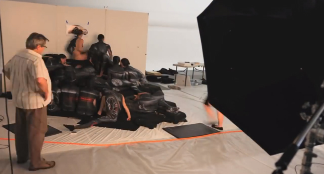 Fiat Abarth reklamı kadınlardan oluşuyor, çıplak modeller siyaha boyanarak araç oluşturulmuş