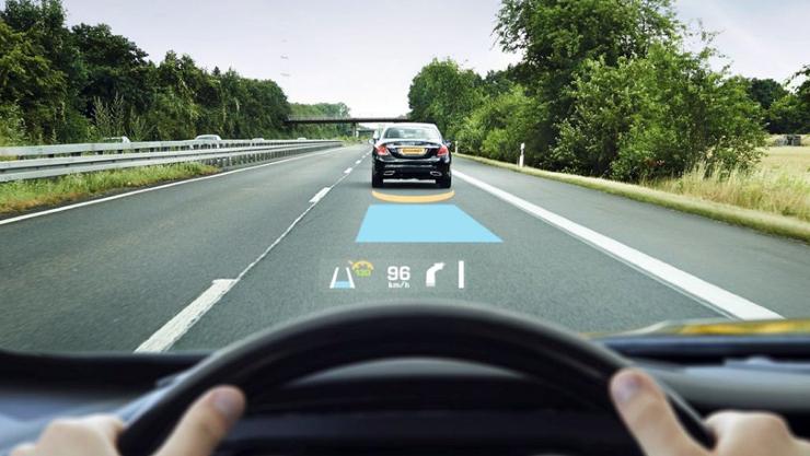 HUD head up display arayüzler bilgileri ön cama yansıtıyor