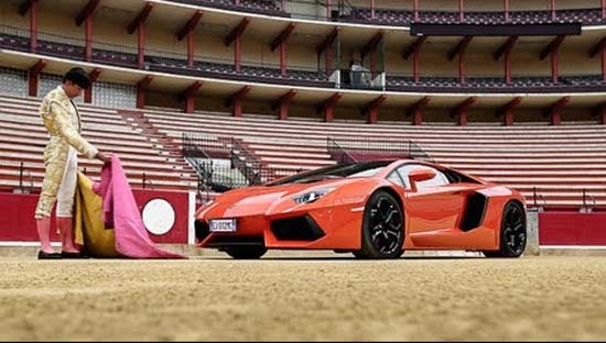 Lamborghini bir boğa güreşi alanında matadora karşı
