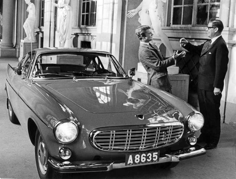 Carl Gustaf ilk otomobili Volvo P1800'ü teslim alırken