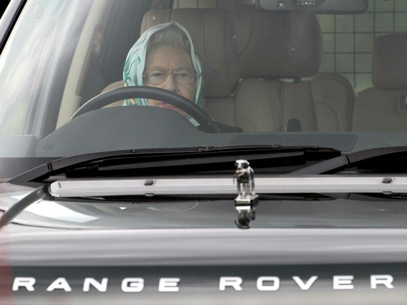 Kraliçe Elisabeth Range Rover içinde