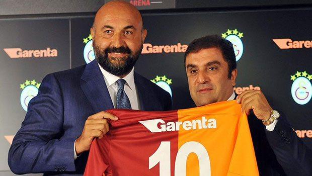 Garenta araç kiralama Galatasaray sponsoru oldu. Tayfun Demir, Bora Koçak'a forma hediye ederken, 2015