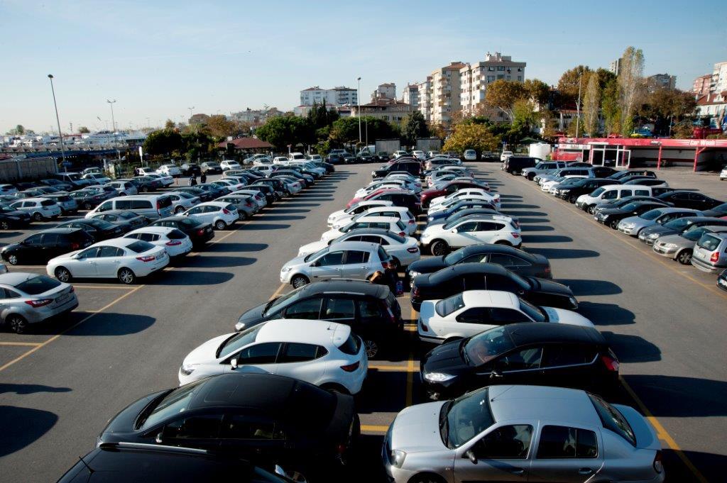 Araba satarken aracı göstermek için en iyi yerlerden biri açık avm otoparkı