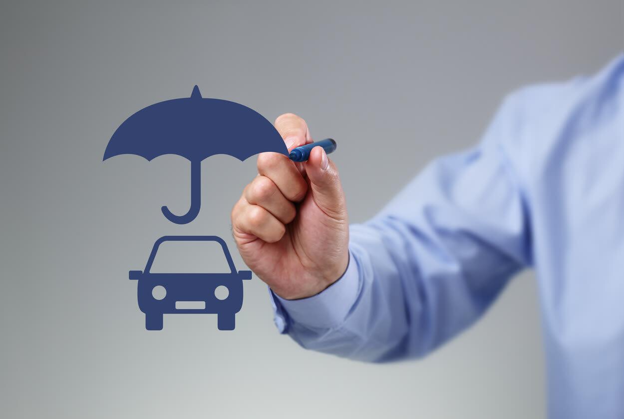 Adam araba resmi üzerine şemsiye çiziyor