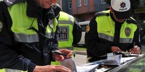 trafik cezası kesen iki polis