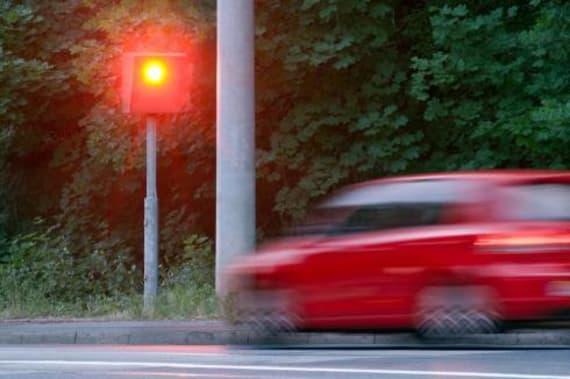 hız yapan kırmızı araba