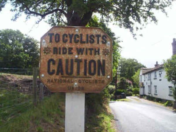 İlk trafik tabelası Bisikletliler Birliği tarafından yola yerleştirilmişti