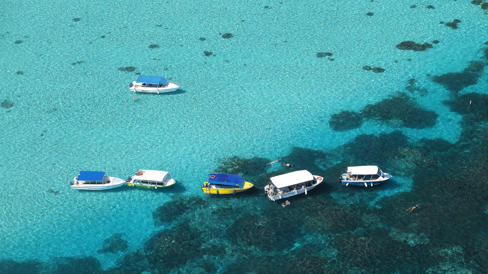 Boats and snorkellers o1fynf