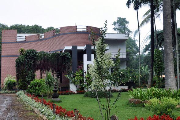 Conservatory / Greenhouse Jyaamiti architectural studio