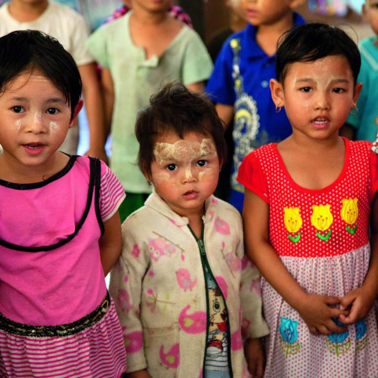 Enfants participant à un programme pour la petite enfance au Myanmar. Les orphelinats peuvent se reconvertir pour fournir des services communautaires de ce type. Photo : Alice Keen/Tearfund