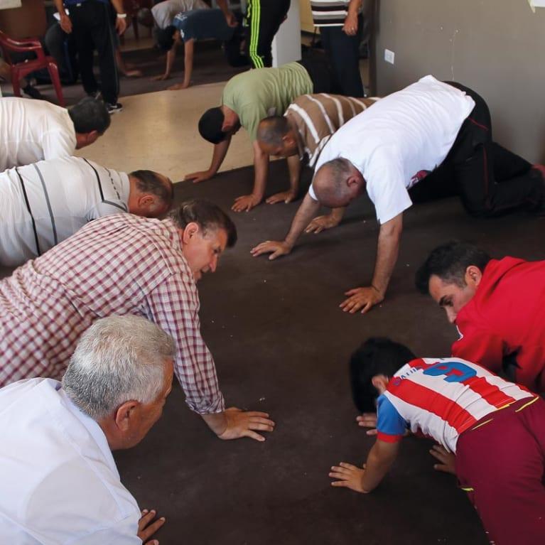 Les cours de sport aident les hommes réfugiés à se sentir plus en forme et à retrouver l'espoir.  Photo : Stella Chetham/Tearfund