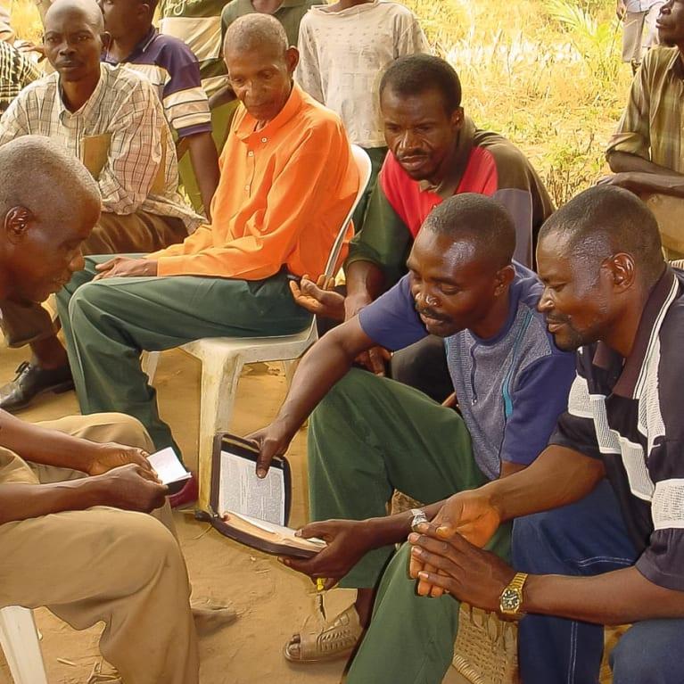 Los voluntarios de Evangelismo Comunitario de Salud comparten mensajes prácticos y espirituales con sus comunidades. Foto: Red Global de ECS