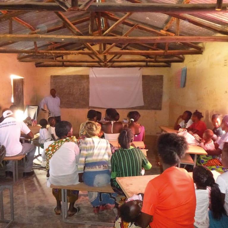 Pourriez-vous utiliser le bâtiment de votre église pour montrer à votre communauté des films sur les soins de santé ? Photo : Medical Aid Films