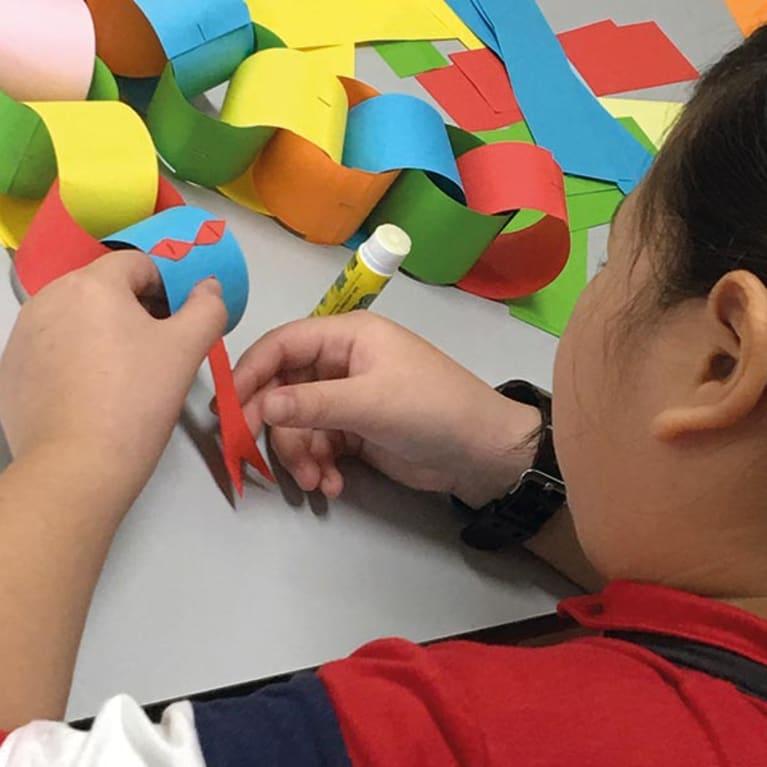Les activités créatives permettent aux enfants de détenus de se détendre et de s'amuser. Photo : Fraternité des prisons de Singapour