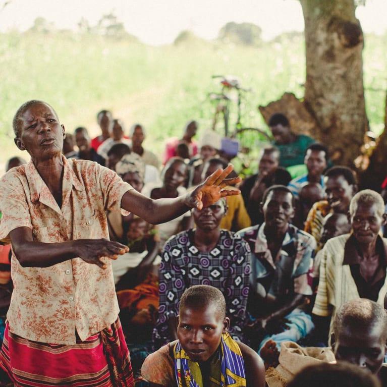 Una mujer explica la importancia de protegerse frente a usurpaciones futuras de las tierras comunales de su comunidad. Foto: Land Equity Movement of Uganda