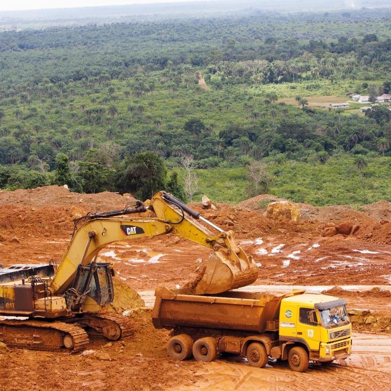 Las tierras de esta cantera de bauxita en Sierra Leona pertenecían a las personas del pueblo de Mbonge, pero fueron vendidas a una empresa minera por un pago único. Foto: Jay Butcher/Tearfund
