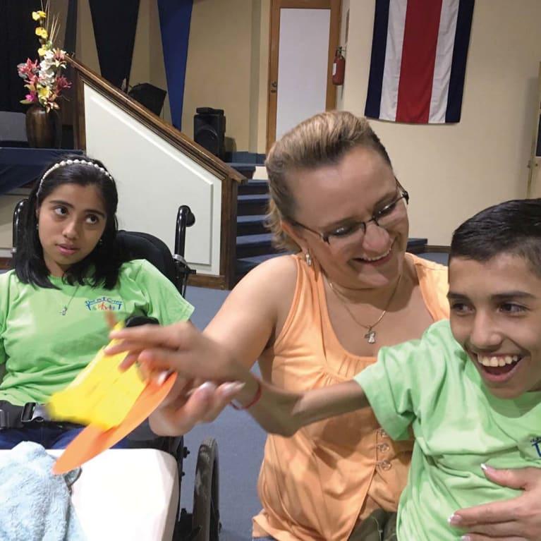 As igrejas podem oferecer apoio crucial às famílias que cuidam de entes queridos com deficiências graves. Foto: Brenda Darke