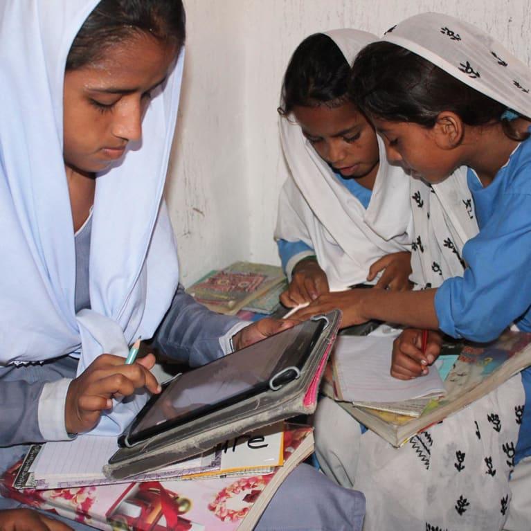 Crianças em idade escolar na província de Sindh, no Paquistão, aprendendo matemática e inglês através de aulas pré-carregadas em tablets. Foto: Salvin John/Parceiro da Tearfund