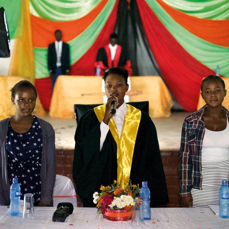 Jeunes parlementaires lors d'un débat public. Photo : Jubilee Centre