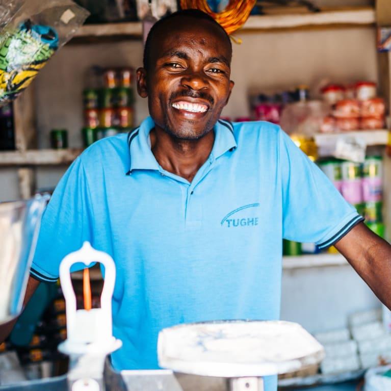 Un hombre en su negocio, que abrió con el capital que recibió de un grupo de autoayuda. Foto: Tom Price/Ecce Opus