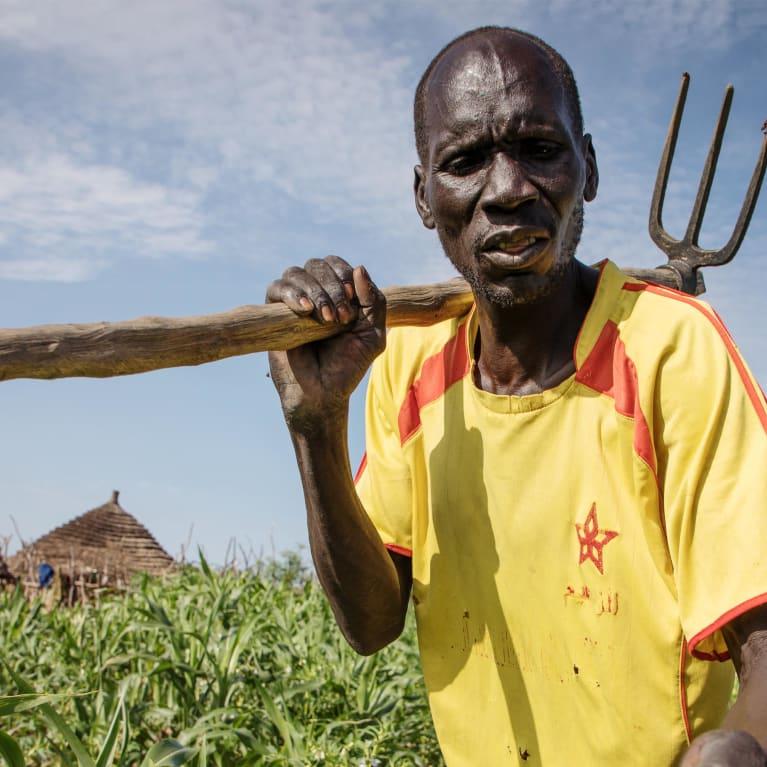 Un agriculteur montre les graines de sésame qu'il a récoltées dans son champ près de Warwar, à Aweil, au Soudan du Sud. Photo : Will Swanson/Tearfund