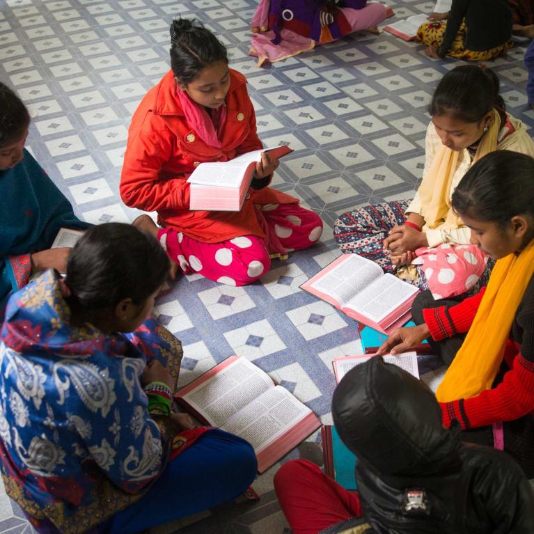 Au Bangladesh, réunion d'un groupe d'études bibliques. Photo : Ralph Hodgson/Tearfund