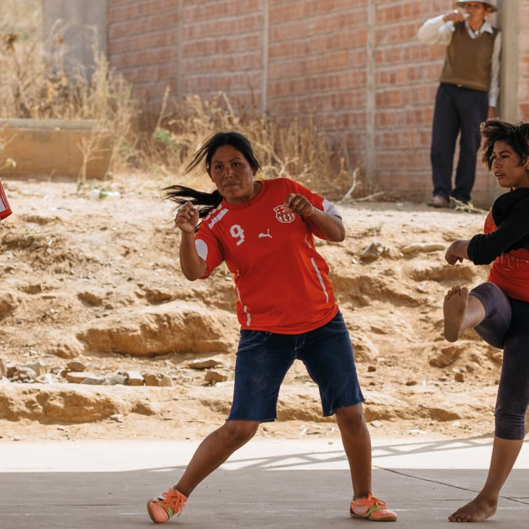 Prendre le temps de faire des choses qui nous plaisent, comme ces femmes et ces filles qui jouent au foot en Bolivie, peut être un des meilleurs moyens de réduire le stress et d'améliorer la résilience et le bien-être. Photo : Andrew Philip/Tearfund
