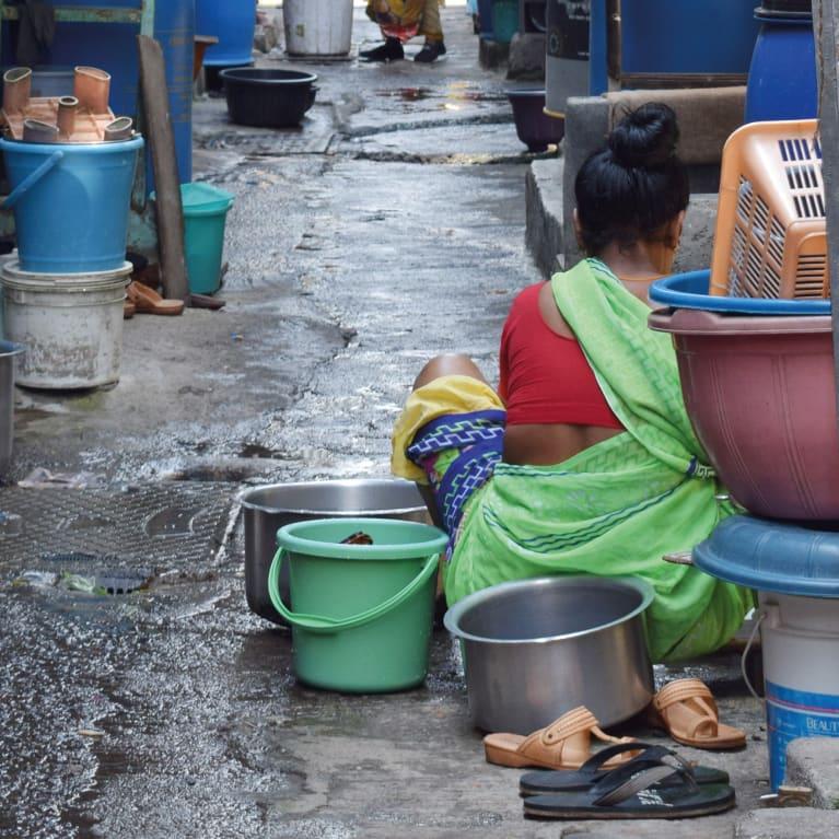 La vida puede ser difícil para las personas que viven en condiciones de hacinamiento y con bajos ingresos en las zonas urbanas de India. Foto: Bapu Trust