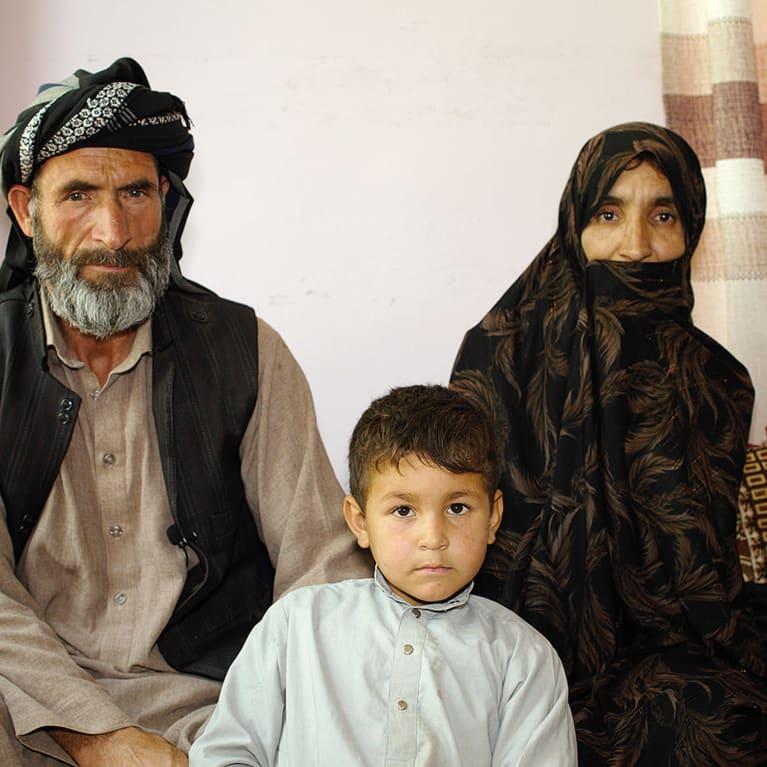 Sabera, Isaaq e um de seus filhos. Foto: Organização parceira da Tearfund