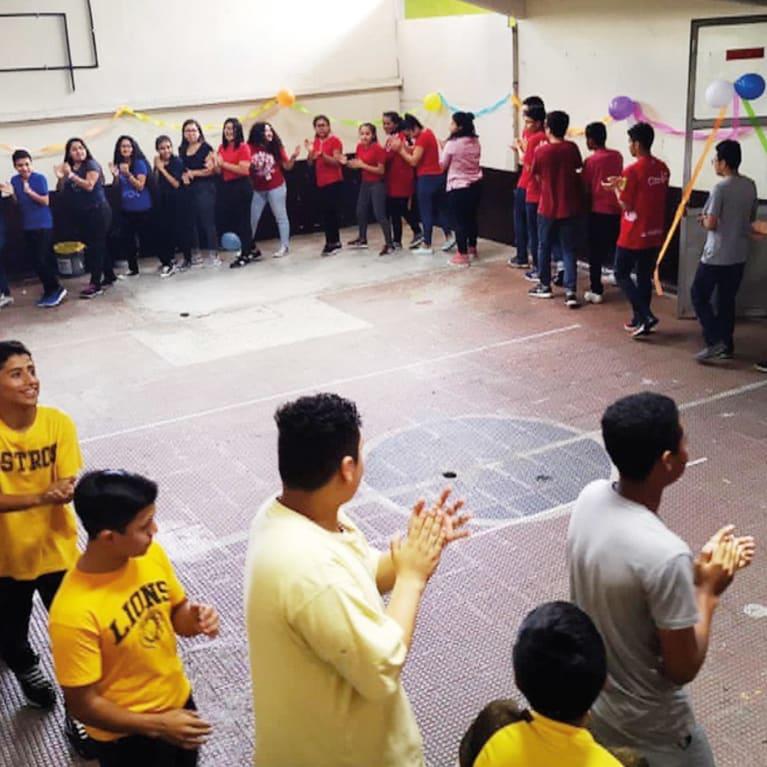 Les jeunes de communautés à haut risque du Guatemala font des jeux pour renforcer leur esprit d'équipe. Photo : Ivan Monzon