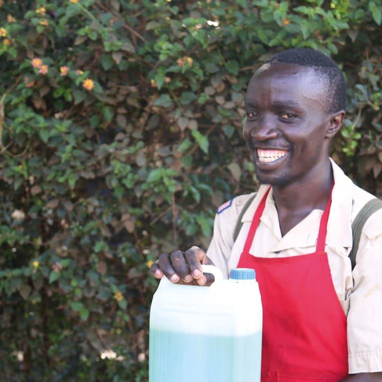 Através de muito trabalho e determinação, Festus, agora, tem um negócio bem-sucedido fabricando e vendendo sabonete líquido. Foto: Cheshire Disability Services Kenya