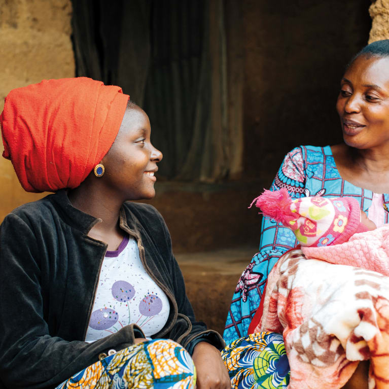 Às vezes, as novas mães sofrem de falta de ânimo e depressão. Ofereça apoio prático e emocional e incentive-as a descansar bastante. Foto: Tom Price/Tearfund