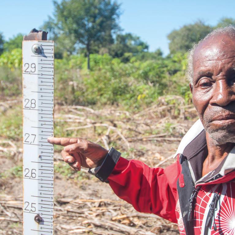 Chinguema, em Moçambique, mostra o nível atingido pela enchente durante o Ciclone Idai. O ciclone teve um impacto devastador em Moçambique, no Malaui e no Zimbábue. Foto: David Mutua/Tearfund