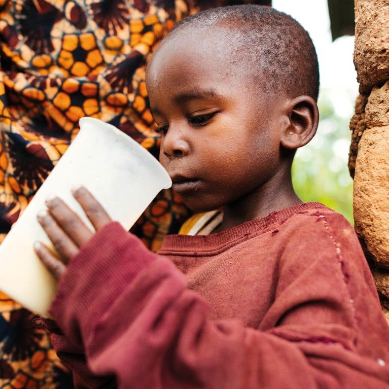 Edouard se alimenta con una nutritiva crema de avenas en Burundi. Foto: Tom Price/Tearfund