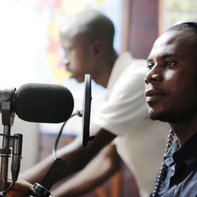 Cette station radio, gérée par l'agence de développement NEHADO, a créé des jingles pour diffuser des informations sur Ebola en Sierra Leone. Photo : Layton Thompson/Tearfund
