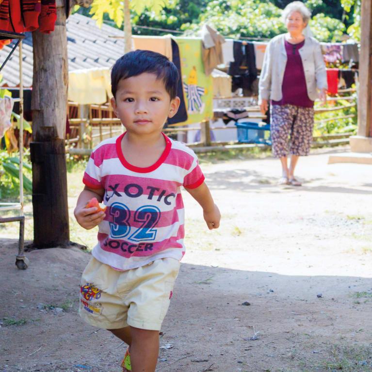 A foto da capa mostra uma criança acolhida por uma família na província de Chiang Mai, Tailândia. Foto: Care for Children