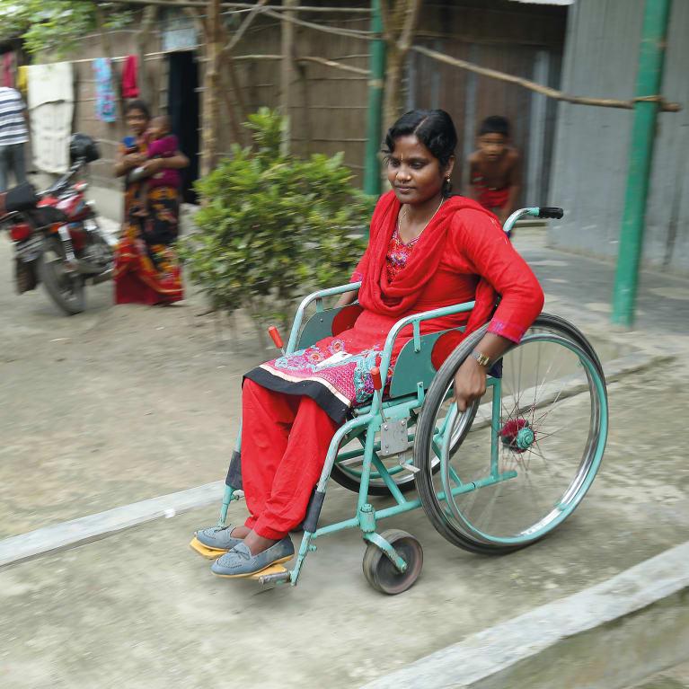 Femme responsable communautaire, en fauteuil roulant, au Bangladesh. Photo: Artwise/CDD/CBM