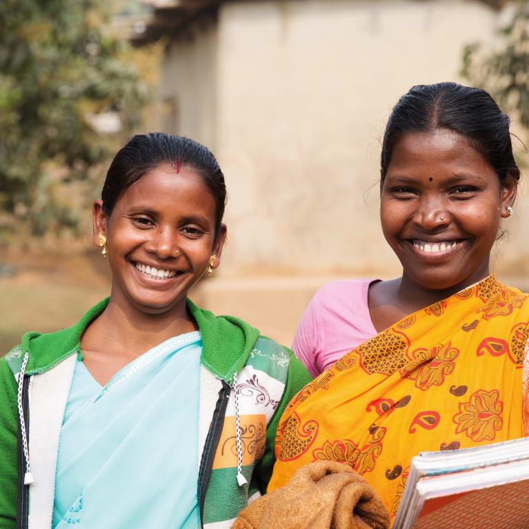 En Bangladesh, los grupos comunitarios suelen recaudar fondos para proyectos, por ejemplo, de mejoras de caminos y de agua potable y saneamiento. Foto: Ralph Hodgson/Tearfund