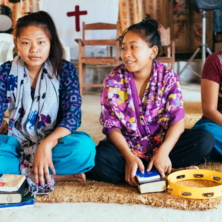 Imagem de jovens membros de uma igreja participando de um culto no noroeste do Nepal.
