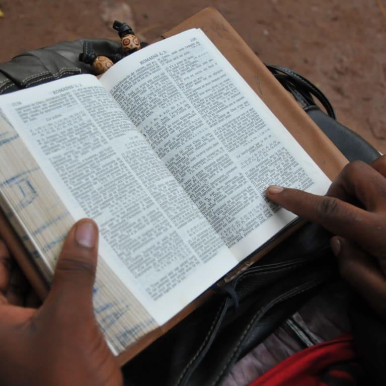 Une femme lit la Bible au Mali.