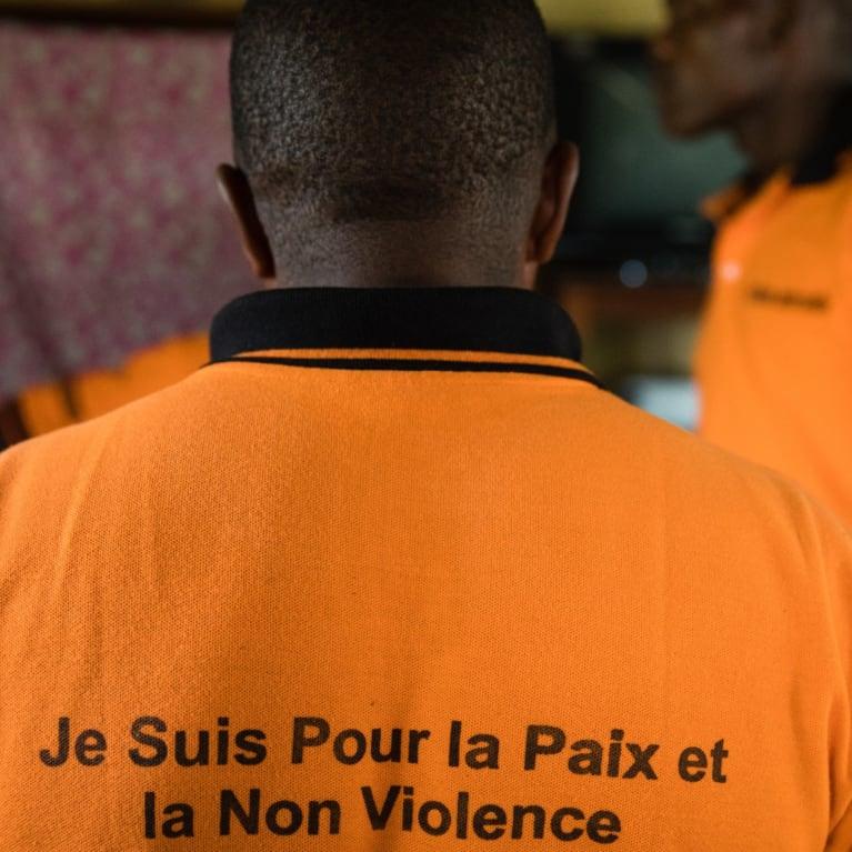Un membre d'une chorale de la province d'Ituri, en RDC. Le groupe écrit ses propres chansons pour sensibiliser les gens au problème des violences sexuelles et sexistes.