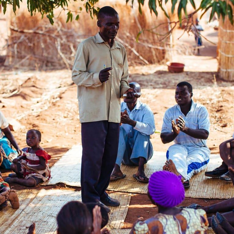 Des responsables communautaires au Malawi cherchent des moyens de travailler ensemble. Photo : Ralph Hodgson/Tearfund