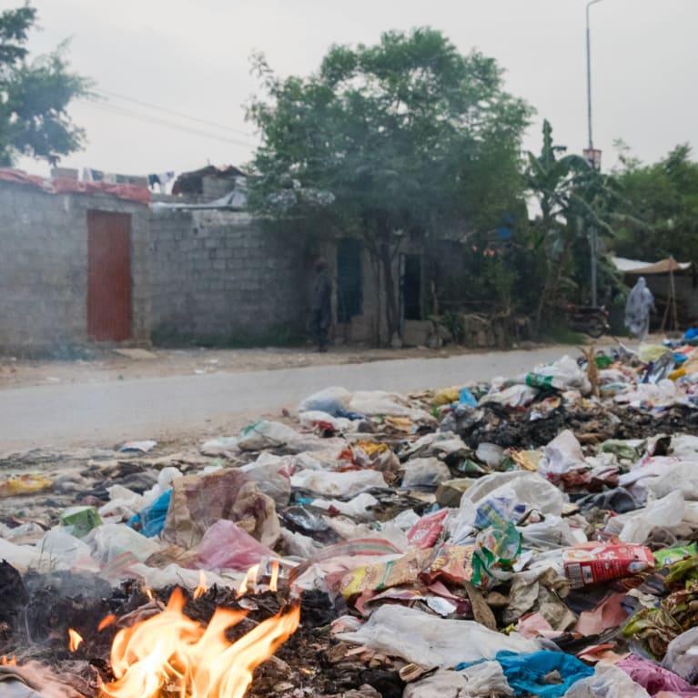 Quema de basura a orillas del camino en un asentamiento informal de Pakistán. Foto: Hazel Thompson