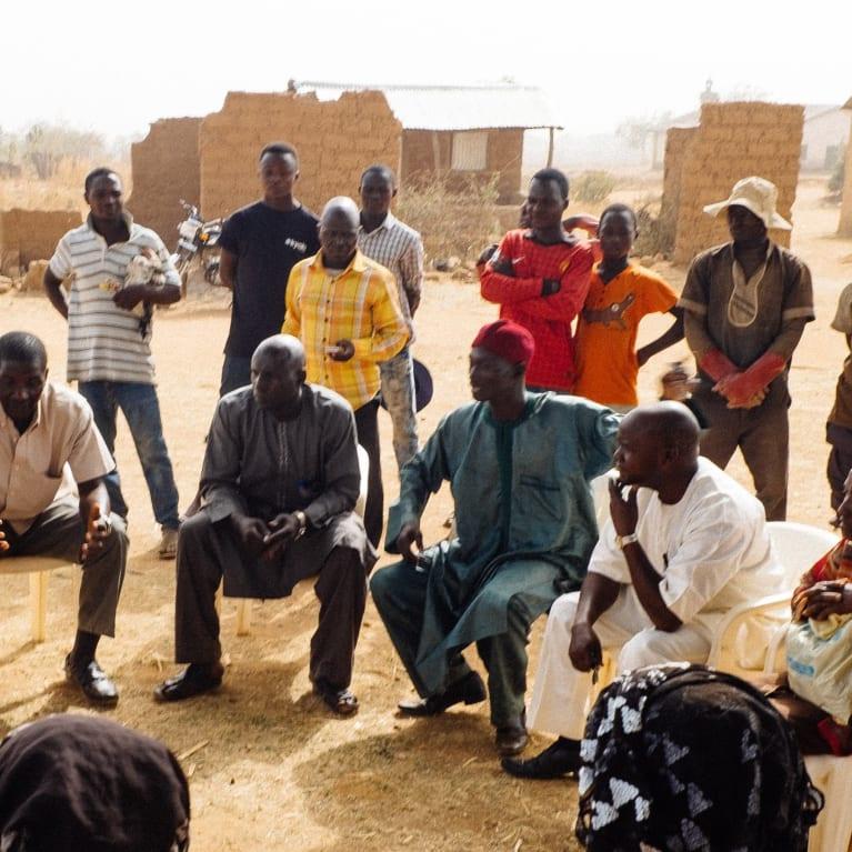 Conversación entre los miembros del Programa de Movilización de la Iglesia y de la Comunidad en Nigeria. Foto: Andrew Philip/Tearfund