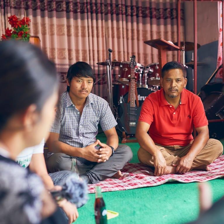 Los miembros de una iglesia en Nepal se reúnen para conversar sobre el trabajo que están realizando en su comunidad
