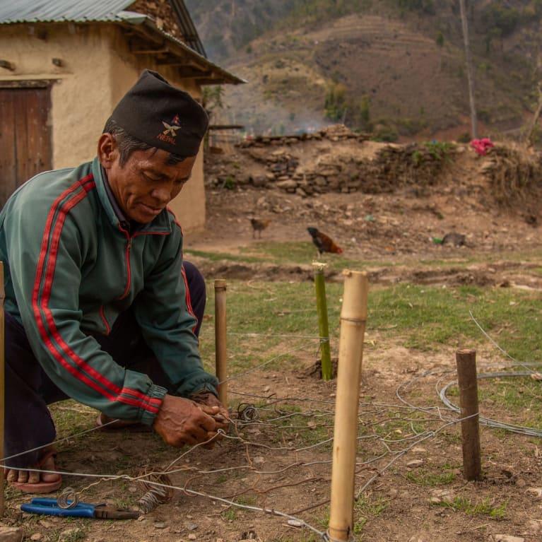 Yam Bahadur Rajalj instala un gavión para frenar los desprendimientos de tierra en un pueblo cerca de Nawalparasi, Nepal. Foto: Chris Hoskins/Tearfund