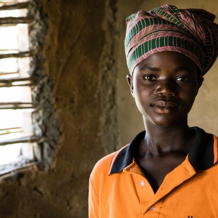 Un membre de la chorale de Vilo en République démocratique du Congo (RDC). La chorale écrit ses propres chants pour éduquer la population sur le thème de la violence basée sur le genre. Photo : Hazel Thompson/Tearfund