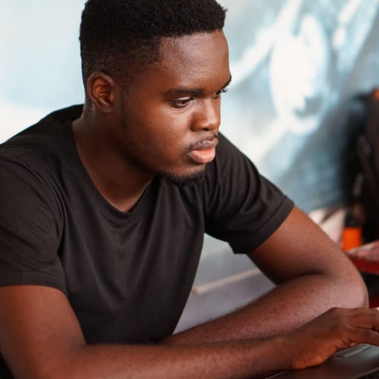 Un hombre trabaja en su computadora portátil